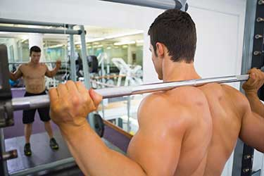 culturista maschio che lavora i muscoli della spalla