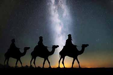 Magios bíblicos en camellos durante la noche estrellada