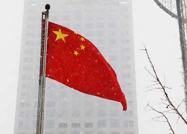 Bandera china en clima oscuro y nevado