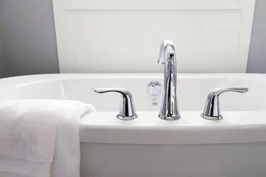 bañera limpia con toalla fresca